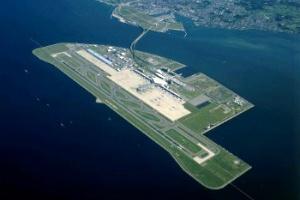 El Aeropuerto Internacional de Kansai, en Osaka Japón se encuentra sobre una isla artificial que se comunica con la tierra por un puente de 3 kilómetros