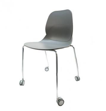 Elegantní plastová židle v šedé barvě na kovových nohách s kolečky.   Pokud toužíte po nadčasovém interiéru, jsou pro Vás plastové křesílka to pravé. Velmi oblíbený design 50. let příjemně oživí Váš domov a navíc už nebudete chtít sedět na ničem jiném.  Tyto křesíkla můžete kombinovat s ostatními židlemi v různých barvách. Jsou vhodné jak k jídelnímu stolu tak například ke čtení nebo do chodby, kde je bude každý obdivovat.