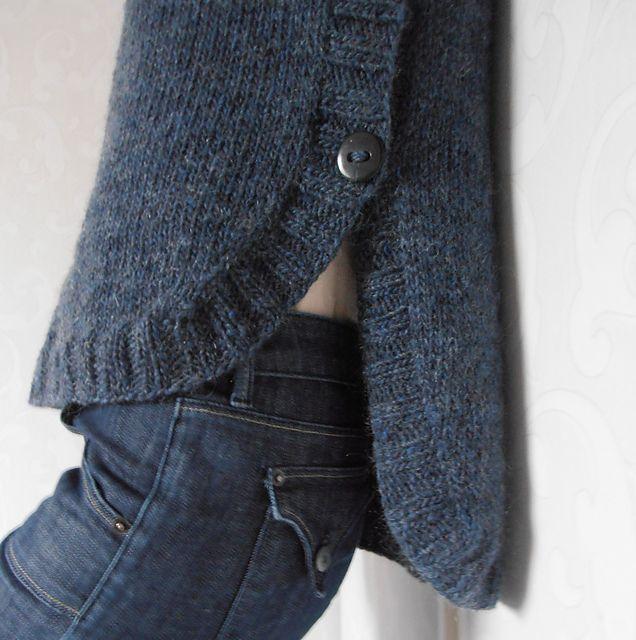 ravelry pattern - sympa l'originalité de ce pull ouvert et boutonné sur le côté. Jersey + côtes de 2 #jaimetricoter #pointjersey
