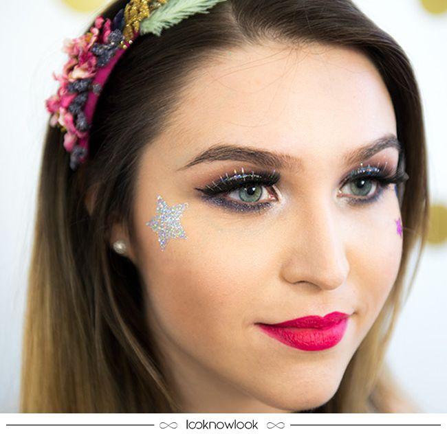 Maquiagem maravilhosa para o Carnaval! Super vale apostar em cílios postiços com brilhos e aplicações, batom vibrante e muito glitter para curtir a folia com estilo! #maquiagem #carnaval #make #makeup #beleza #beauty #inspiração #ideia #glitter #brilho #lnl #looknowlook