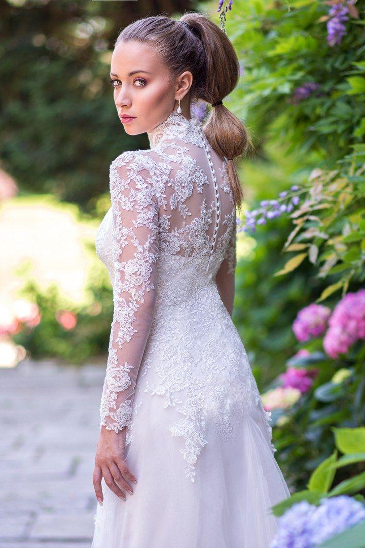 Tendenze 2017: tornano le maniche lunghe in pizzo che ci fanno tornare indietro a riscoprire le tradizioni. #weddingdress #abitodasposa