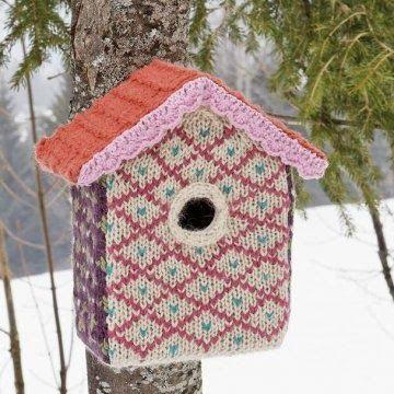 Fornøjer du dig selv og fuglene ved at fodre dem ? Jeg vil her vise dig nogle ( meget forskellige ) fuglehuse / foderbrætter. Først de...
