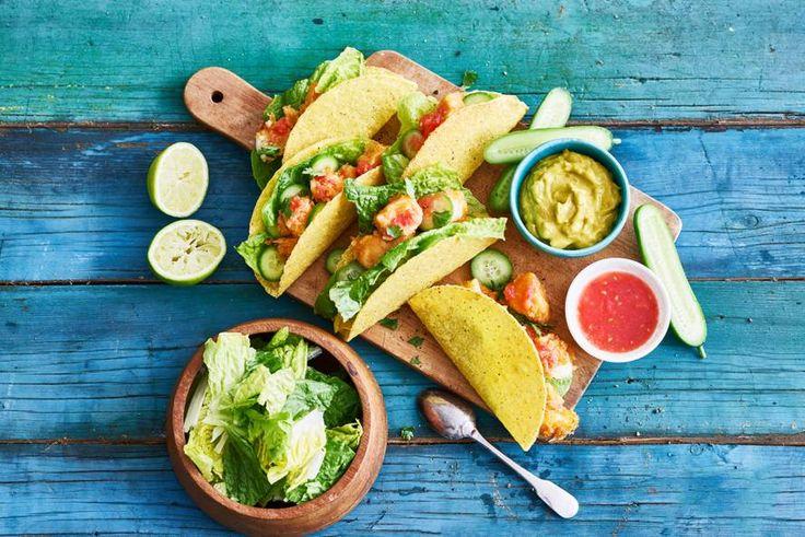 Knapperige schelpen, gevuld met gefrituurde vis, frisse groenten en pittige saus. Een feestje voor de smaakpapillen - Recept - Allerhande
