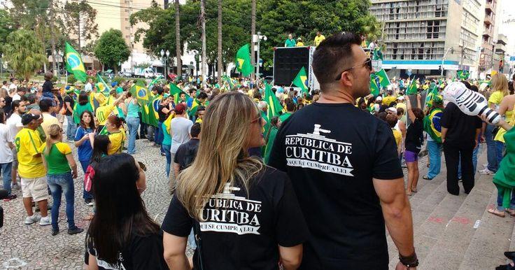 Milhares de manifestantes protestam contra o governo federal em Curitiba