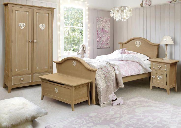 """În aceste zile călduroase alegem să fugim la munte. Aici aflăm în cabane ascunse piesele de mobilă rustică """"Ingrid Valls"""". Acum vă prezentăm dormitorul, la rând fiind diningul!"""