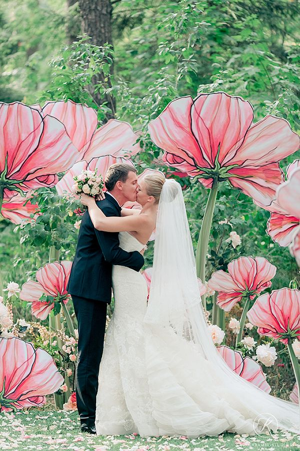 Magical Poppy Ceremony Backdrop | Konstantin Semenikhin Photography | Unique Floral Design Inspiration for Spring Weddings!