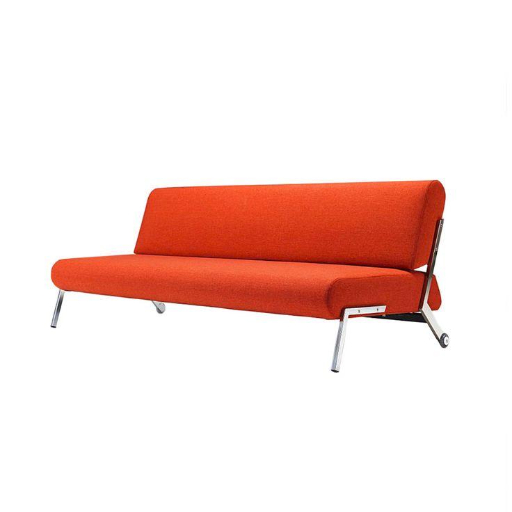 Debonair è un divano letto con schienale reclinabile che, con le sue forme semplici e lineari, si adatta a qualsiasi ambiente arredato con stile contemporaneo. La sua struttura interna è costituita da molle di alta qualità, insacchettate una ad una, per offrire una confortevole seduta ed un ottima qualità per il riposo. Lo schienale e seduta sono rivestiti in tessuto marrone o arancione, 100 % poliestere, e non sono sfoderabili. Le gambe sono cromate con telaio nero opaco.Tutti i tessuti…