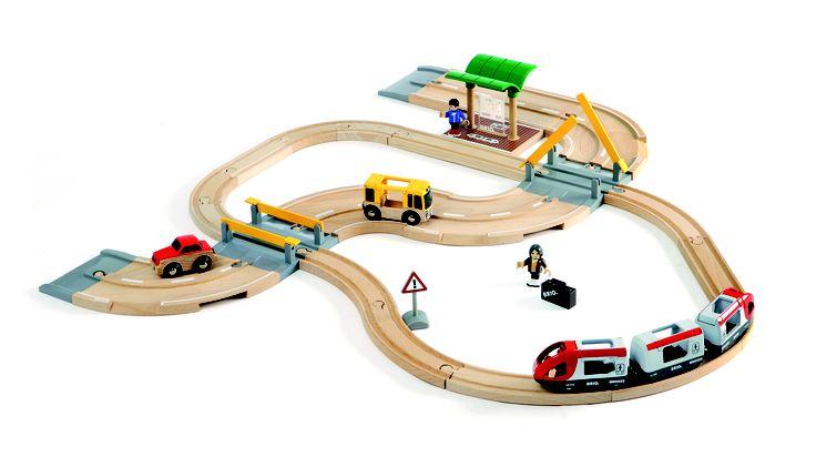 Brio treinset 33209 met wegen en passagierstrein is ideaal als basis om zowel de straten als de baan uit te breiden.  Inclusief: busstation, bus, personenauto, 3 delige passagierstrein, 2 beweegbare figuren en een overweg.