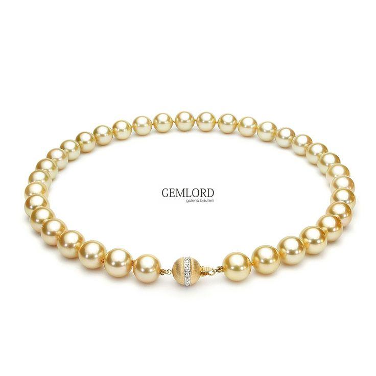 Unikatowy naszyjnik ze złotych pereł South Sea 10,5-12,5 mm. Eleganckie zapięcie z żółtego złota zdobione czterema diamentami. Biżuteria z najwyższej półki - rzadkie i wyjątkowo cenne perły. #perła #pearl #pearls #perły #biżuteria #jewellery #naszyjnik  #south sea #złoto #gold