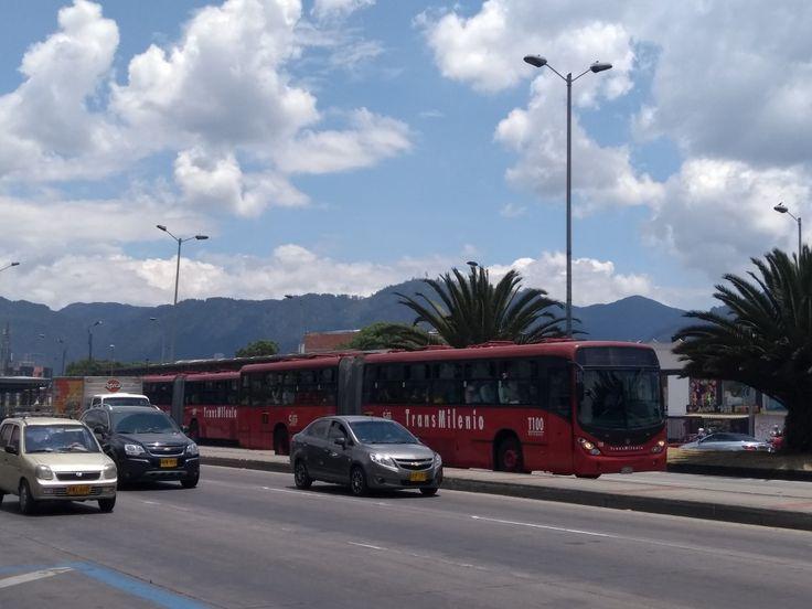 Tránsito en la carrera 30, estación Santa Isabel de Transmilenio de Bogotá.