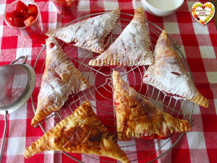 Le sfogliatine di fragole sono leggere e perfette per improvvisare un dessert goloso all'ultimo momento. Tre ingredienti, 10 minuti e via in forno!