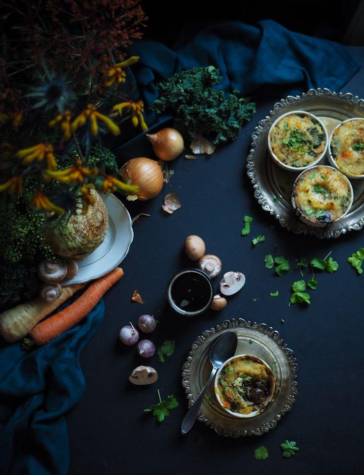 Tämä vegaaninen shepherd's pie sisältää karamellisoiduilla sipuleilla mehevöitettyä portteri-sienimuhennosta sekä reilusti eri juureksia sisältävää muussia. Täydellistä talviruokaa!