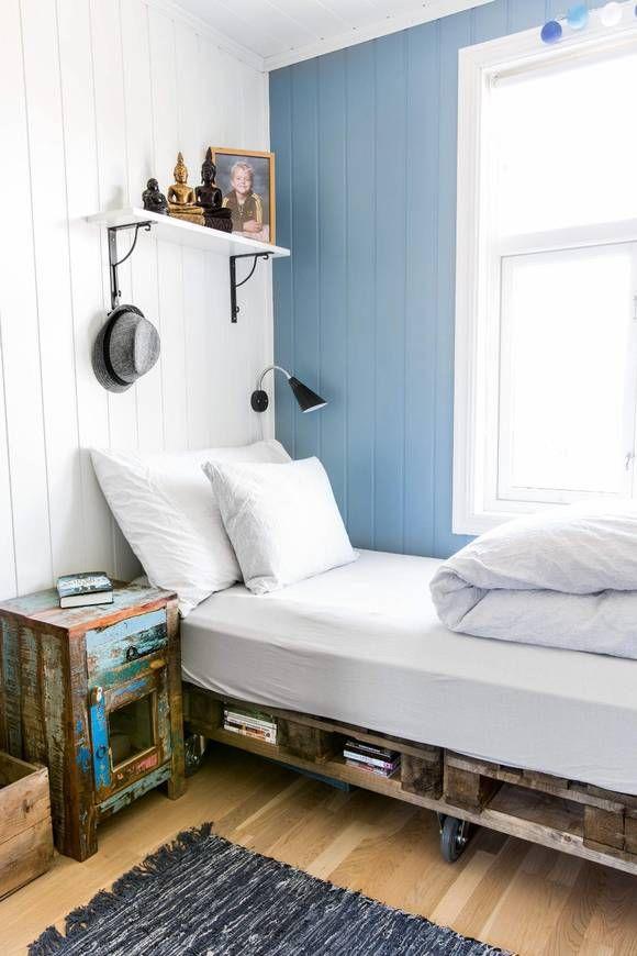 Fint med èn blå kontrastvegg. Blir gutterom, men fremdeles lyst og moderne. ------- PALLER: Pallesengen på Mikkels rom er hjemmelaget.