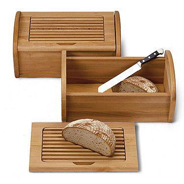 Optimal gelagert sind alle Brotsorten und Brötchen in diesem geräumigen Holz-Brotkasten. Sein leicht abnehmbarer Deckel dient als Schneidbrett. Dank des integrierten Krümelrosts bleibt Ihre Arbeitsfläche beim Schneiden sauber. Zum Entfernen heruntergefallener Brösel nehmen Sie den Gitterrost einfach heraus. Als Naturmaterial eignet sich Buchenholz besonders gut zur Aufbewahrung von Brot. Es ist atmungsaktiv und reguliert die Feuchtigkeit. So bleibt Ihr Brot besonders lange knusprig frisch.