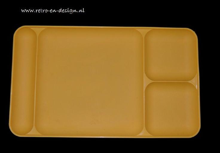 Vintage Tupperware serveerblad, dienblad, eetplatteau  Tupperware dienblad in geel met vier verdeelvlakken. Voor het serveren van het voorgerecht, bijgerecht, dessert. Met apart gedeelte voor mes en vork. Ideaal voor een snelle hap voor de TV, ontbijt op bed.  En wat dacht je van de barbecue? zie: http://www.retro-en-design.nl/a-41939852/tupperware/vintage-tupperware-serveerblad-dienblad-eetplatteau/