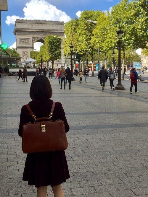 凱旋門の近くで撮りました。 ベルベットのジャケットとスカートにカバンがはえます。
