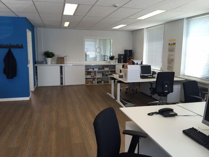 Spectro oss gerestyled en ruimtes opnieuw ingedeeld. Met gebruik van hun eigen logo kleuren is het fris en mooi kantoor geworden.