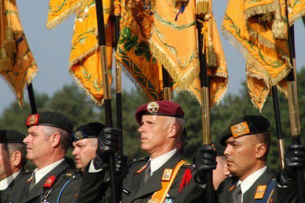 Een drietal vaandeldragers van de vaandelgroep met o.a. het vaandel van het Regiment Johan WIllem Friso, het Garderegiment Grenadiers en Jag...