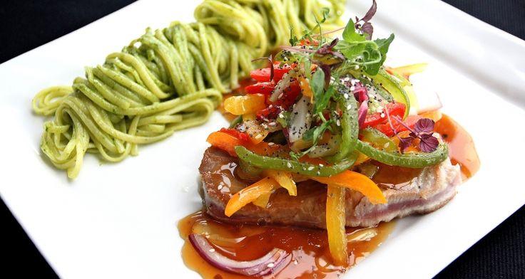 Tonijn met zuiderse salade, teriyakisaus, verse pasta Altoni met pesto | Dolce world