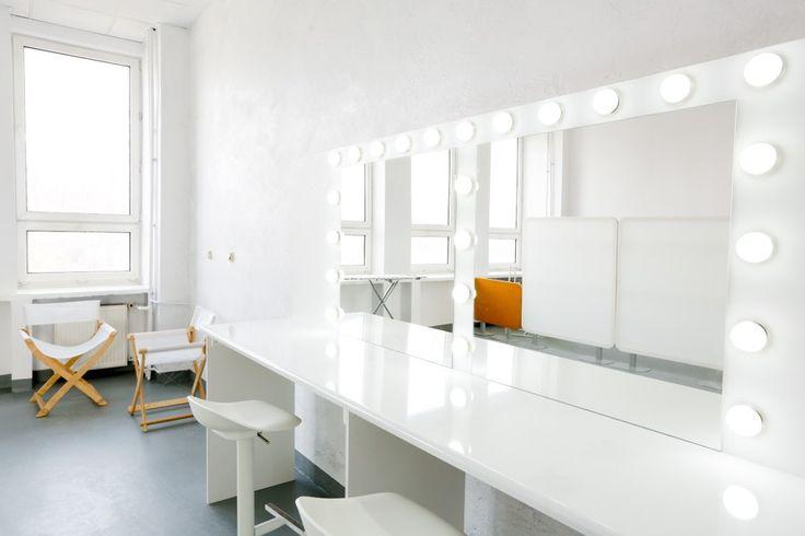 Studio fotograficzne i filmowe SÓL na warszawskim Służewcu to jasna, loftowa przestrzeń wyróżniająca się nowoczesnym designem. Studio, oferujące 300 m2, wyposażone jest w cykloramę (5,5m szerokości, 5,5m długości i 4m wysokości), światła Profoto, przyłącza siłowe 16A, 32A i 63A. Zaletą Soli jest profesjonalna obsługa i możliwość wypożyczenia wysokiej jakości sprzętu. Naterenie studia znajdują się garderoby, zaplecze kuchenne oraz dodatkowe pomieszczenia, wtym także magazynowe. Istnieje…
