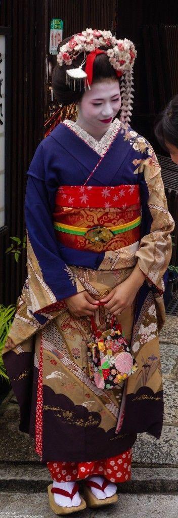 Une maiko crois�e dans les rues de Kyoto, une ville qui marie � merveille modernit� et traditions.