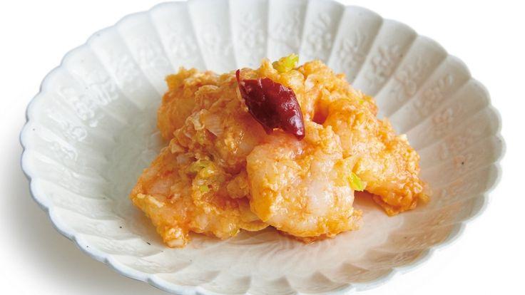 坂田 阿希子さんのむきえびを使った「えびチリ卵」のレシピページです。忙しい朝に短時間でできる、うれしいえびチリ。最後に卵でとじれば、辛さもマイルドに。 材料: むきえび、A、B、とうがらし、しょうが、トマトケチャップ、顆粒(かりゅう)チキンスープの素(もと)、C、溶き卵、ねぎ、サラダ油、かたくり粉、酢