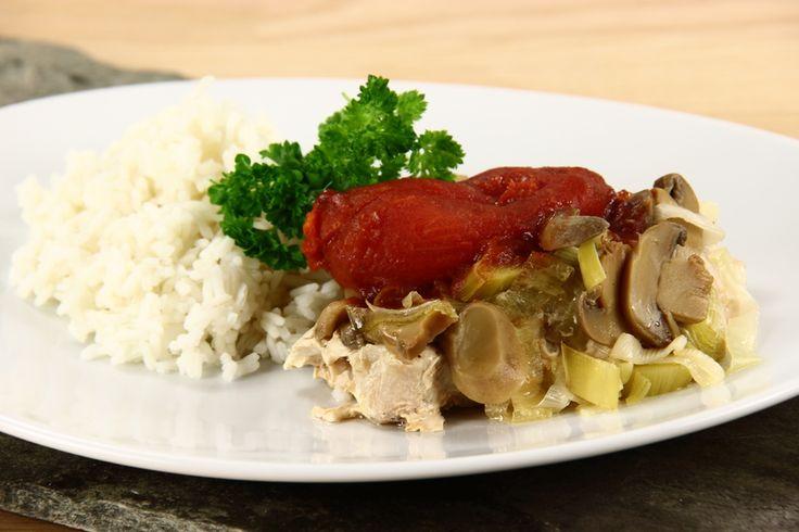 Tænd ovnen og indstil på 200 grader.<BR> <BR> Læg koteletterne på hvert deres stykke folie, og krydr med salt og peber. Fold folien op så de øvrige ingredienser kan lægges oven på koteletterne uden
