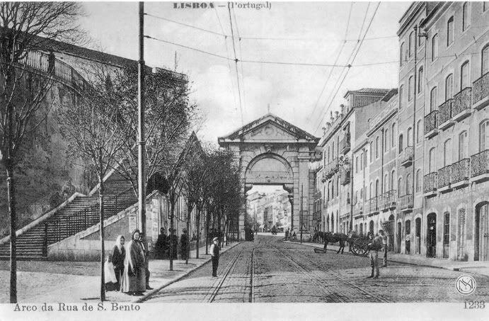 Rua de São Bento, com o arco da Praça de Espanha.