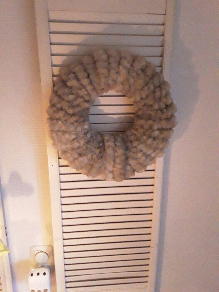Krans gemaakt van kattenstaarvliegen gordijn