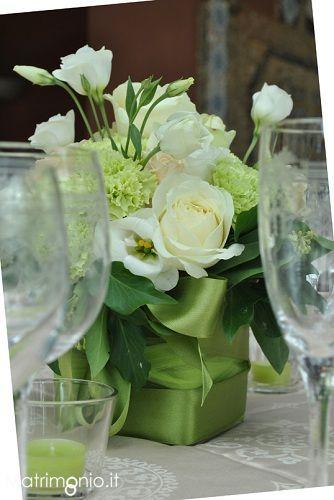 centrotavola verde con fiori bianchi per la tavola del matrimonio