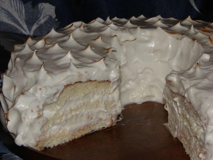 """ANGEL FOOD CAKE : blat de bezea cu aroma de migdale si umplut cu bezea italiana. O reteta foarte"""" light"""" pentru ca se folosesc doar albusuri de ou , zahar , extract natural de migdale si putina faina"""