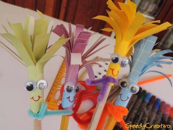 Fra pochi giorni, ricomincia la scuola!! Siete contenti? No?? Allora dovete avere per forza una di queste matite! Sono facilissime da realizzare e porteranno un po' di allegria al momento di fare i compiti! Per farle ci vogliono: matite in legno naturale o colorato, carta colorata, forbici, colla stick, righello, occhi mobili, pennarelli, uno scovolino...