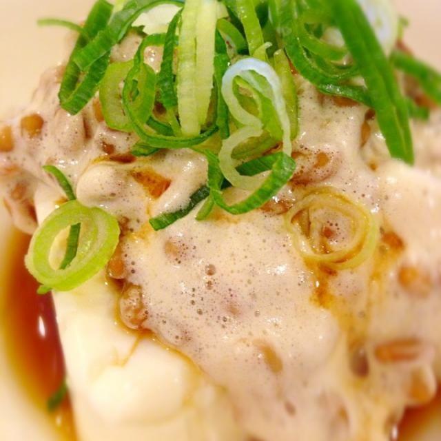 朝まったくお腹が空かなくて、けど何か食べなきゃと思って思いついた超ずぼら料理(笑)  納豆と豆腐!?って思うかもしれないけど、これが意外と合うんです(◍›◡ु‹◍) ⭐  豆腐は高タンパク低カロリーなので、ダイエット中の朝ごはんでも大丈夫\( ˆoˆ )/❤  これ、暫くハマりそうな予感・・・(笑) - 174件のもぐもぐ - 大豆×大豆((⌯˃̶᷄₎₃₍˂̶᷄ ॣ)プッ♪納豆のっけ冷奴\( ˆoˆ )/⭐ by m82nxyn23