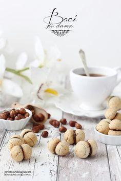 I baci di dama rientrano nella classifica dei 10 biscotti che più amo. Così piccoli, semplici, con una leggera farcitura di cioccolato fondente, sono praticamente irresistibili. Qualche anno fa sperim