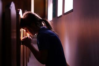 """Quando Deus Fica em Silêncio Você já sentiu que Deus estava dando-lhe """"tratamento silencioso""""?   Qual é o propósito do Senhor para não responder a oração imediatamente?   Como você deve responder quando Deus parece distante?"""