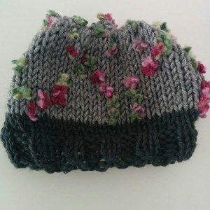 Χειροποίητο σκουφί γκρί με πολύχρωμα λουλουδάκια