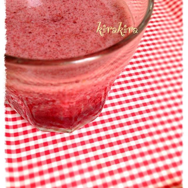 ジャム作りから出たイチゴ水にフローズンのミニトマト&ブルーベリーをミックスしました✨ - 33件のもぐもぐ - イチゴ水&ミニトマト&ブルーベリーのスムージー by ❄️✨kirakira✨❄️