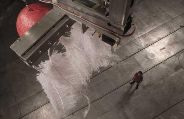 Qu'est ce qui tombe le plus vite, une boule de billard ou une plume
