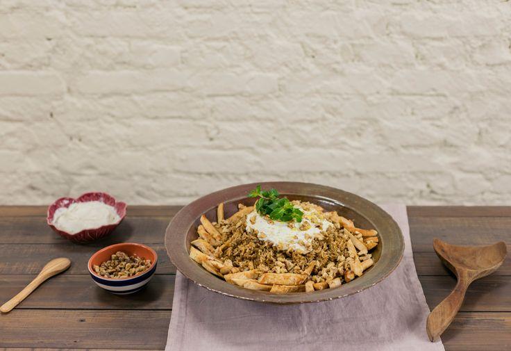 Arroz libanês com frango, coalhada e nozes | Receita Panelinha: Um prato único, que vale por uma refeição completa, e que serve a família toda. Coalhada e nozes não podem faltar!