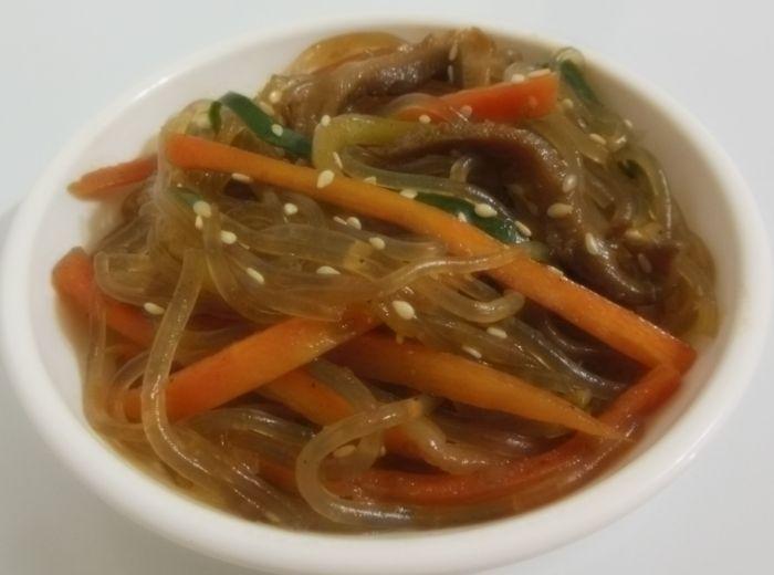 Conheça o japchae (잡채), o macarrão coreano doce com legumes                                                                                                                                                                                 Mais
