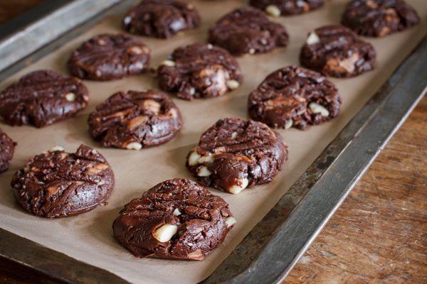 Μαλακά cookies με 2 σοκολάτες παρακαλώ και σταφίδες που τους πάνε πολύ. Γίνονται η καλύτερη παρέα για τον καφέ και το τσάι σας.