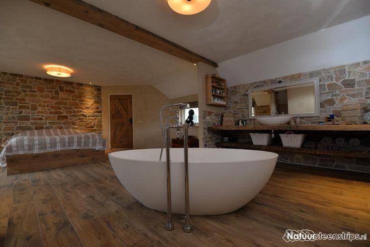 Luxe slaapkamer en badkamer voorzien van natuurstenen muren met Steenstrips.
