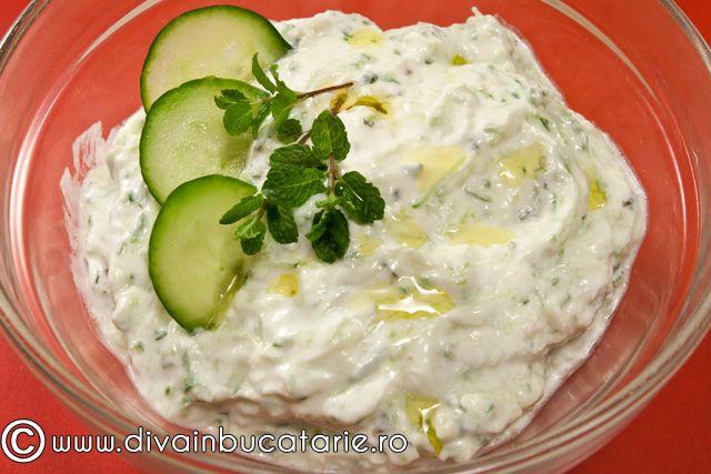 Tzatziki este unul din cele mai cunoscute si mai populare sosuri pe care le intalnim in Grecia.