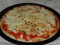 La pizza fatta in casa con stesura direttamente in teglia. Buona come in pizzeria..