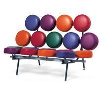 Marshmallow sofa  par George Nelson. Canapé à coussins multicolores.  Structure porteuse en tube d'acier carré laqué noir. 18 coussins revêtus de vinyl rouge foncé, orange, vert, violet et bleu.