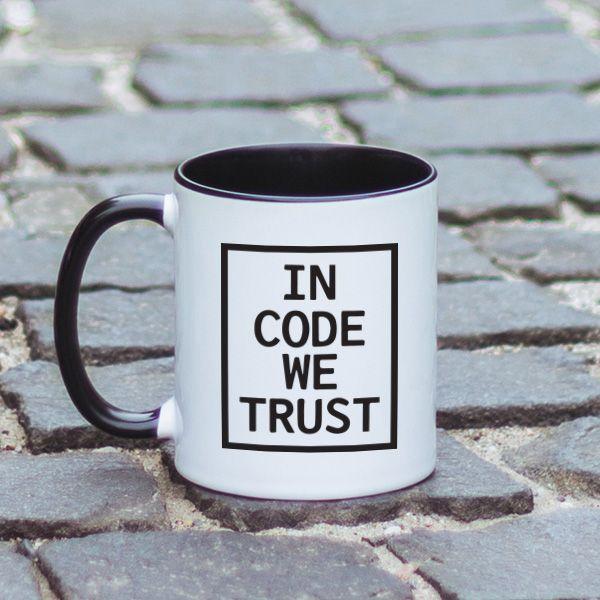 """Stii motto-ul """"In God we trust""""? Se spune ca zeul programatorilor este codarea surselor. Astfel, motto-ul a devenit """"In code we trust"""". Mesajul este unul extrem de haios si va fi, negresit, pe placul prietenului tau programator, daca decizi sa ii oferi aceasta cana cadou. Alege si unul dintre tricourile noastre cu mesaje pentru programatori si ai cadoul complet, perfect si foarte folositor."""