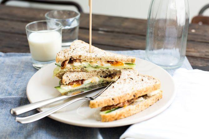Paaslunch: Sandwich met eiersalade, komkommer en bacon