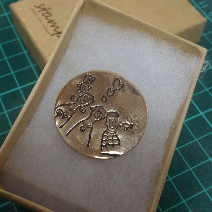 moneda con dibujo en bronce