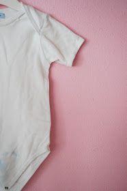 Vanochtend was ik de kledingkasten van de kinderen aan het opruimen en kwam bij zoon Pluis een hele stapel witte rompers maat 98-104 tegen d...