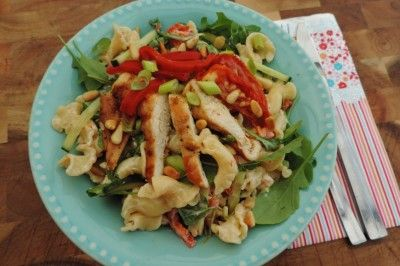 Mediterrane maaltijdsalade met kip pasta en zongedroogde tomaten